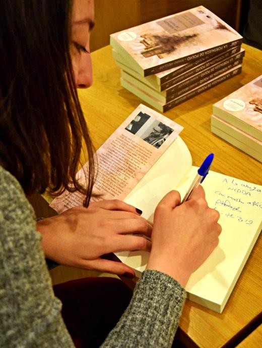 Covadonga firmando un ejemplar de La Fortaleza de Polvo